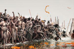 Il Maha Kumbh Mela di Allahabad, in India, è la più grande festa religiosa del Pianeta. E' un'astronave che ha attraversato la storia dell'umanità, viaggiando per migliaia di anni, e giungendo ai giorni nostri uguale a se stessa. Per il Maha Kumbh Mela di Allahabad sono arrivati nella città dell'Uttar Pradesh quasi cento milioni di pellegrini, asceti e santoni, provenienti dai più remoti angoli dell'India.